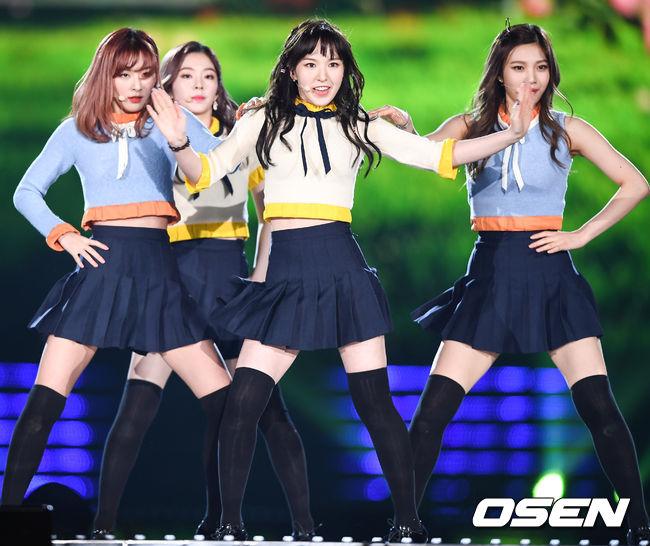 Yeri是最後加入Red Velvet的成員,年紀也最小, 雖然曾被誤會無視隊長的傳聞。 但從最近成員的隊形上卻足以見證成員們私下的好感情。