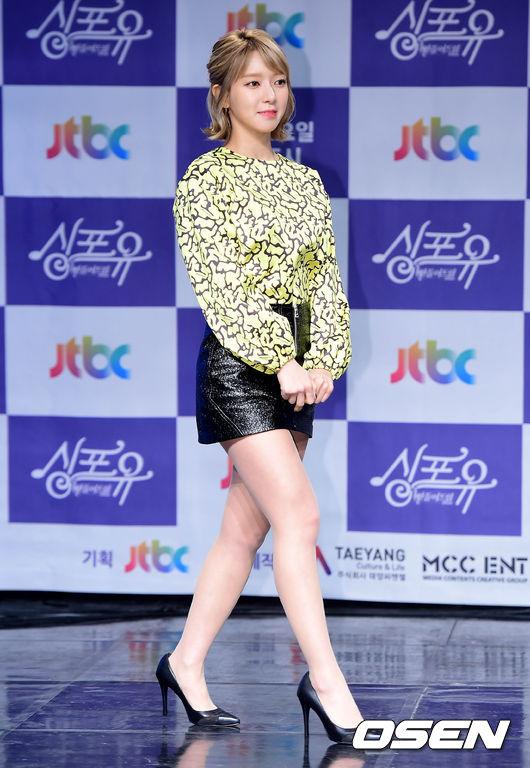 草娥在11/29出席節目發表會時,即使身穿超短裙展現柯基般(?)的嬌小比例是不是超可愛XDDD