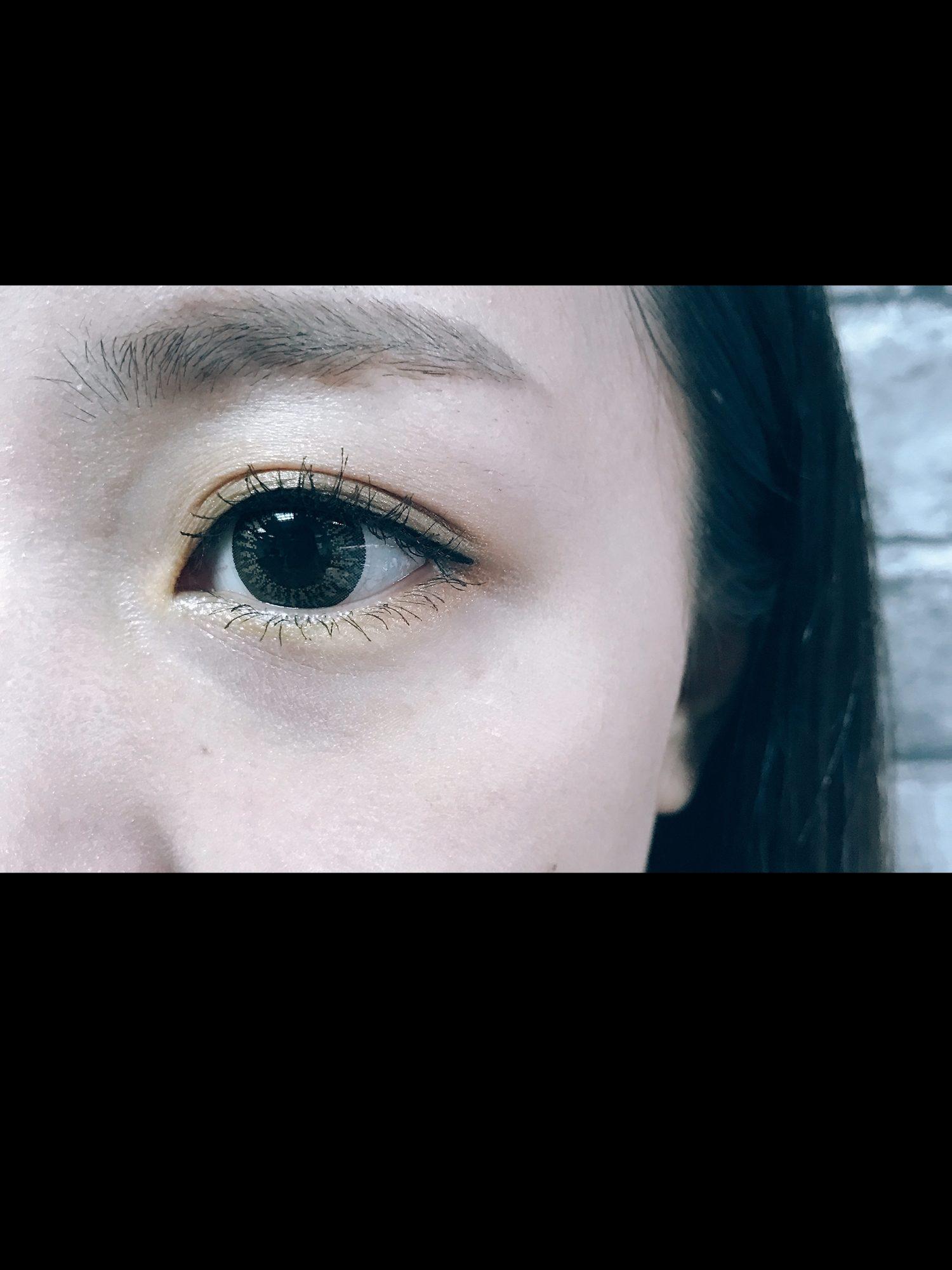 之後補上眼線和睫毛膏眼妝就完成了,可以突顯出眼睛重點的配色,而且越看越有魅力呢!