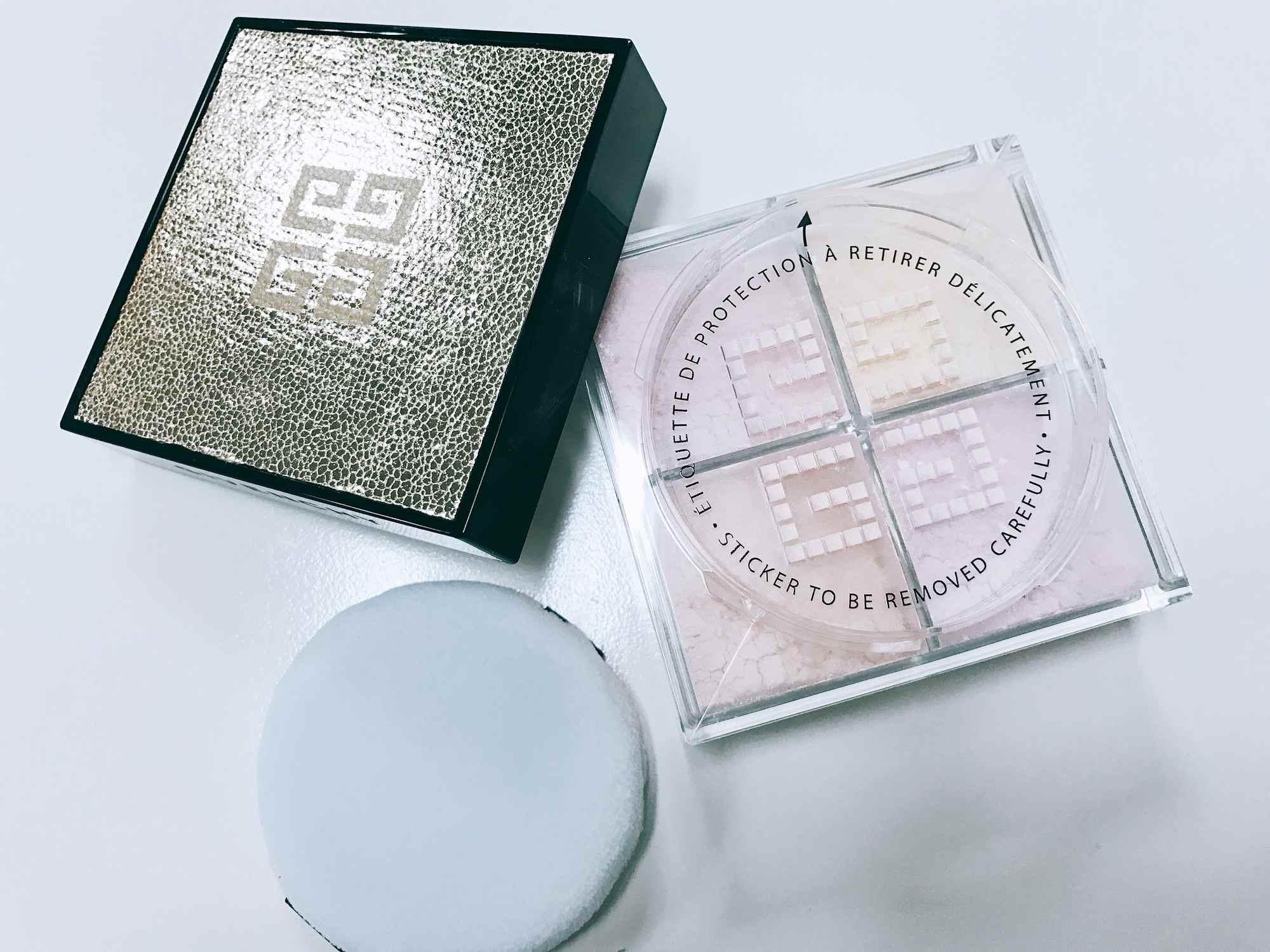 精心調製出四格迷人「粉嫩肌」色澤蜜粉,粉質細緻輕盈,可以打造出兼具霧面、透明、明亮感的平滑妝容。