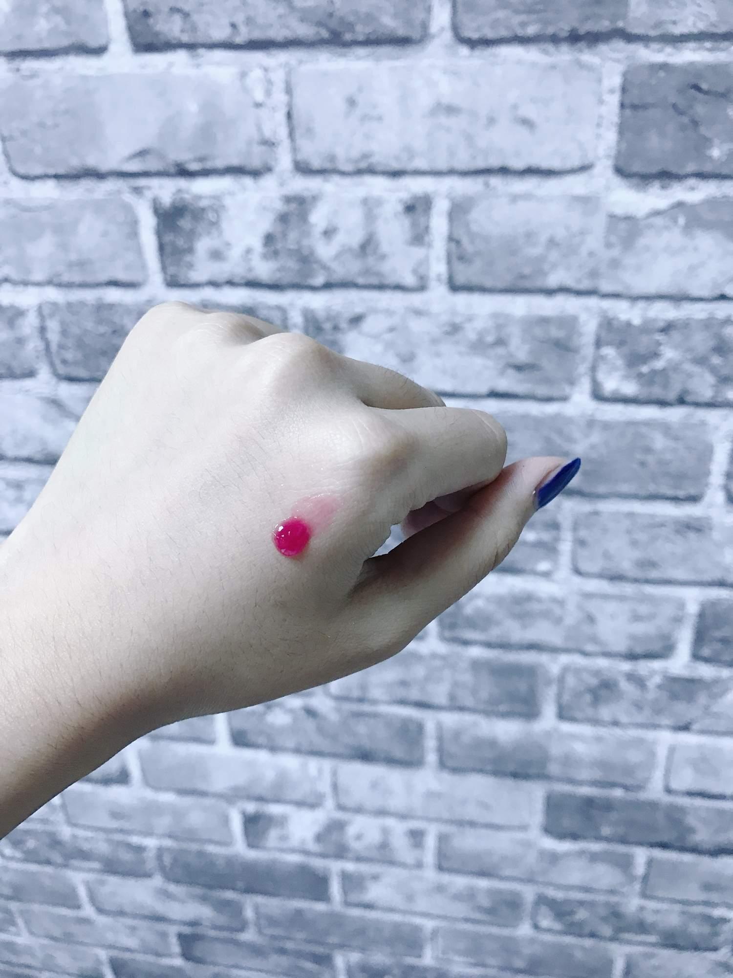 香吻氣墊唇蜜有2種顏色,今天是示範莓果色,果凍般的唇蜜質地不會黏膩。