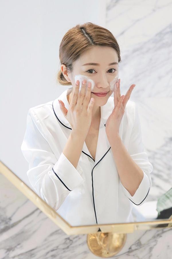 ♌♩① 不能用鹼性強的洗面乳 紅血絲皮膚的美妞不能用鹼性太強的洗面乳,容易傷害皮膚的皮脂膜,偽少女建議大家使用沒有太多化學成份的植物性的天然洗面乳。