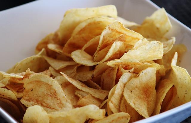 脆硬零食:  像是薯片或烤吐司的脆硬外層,會刺激喉嚨