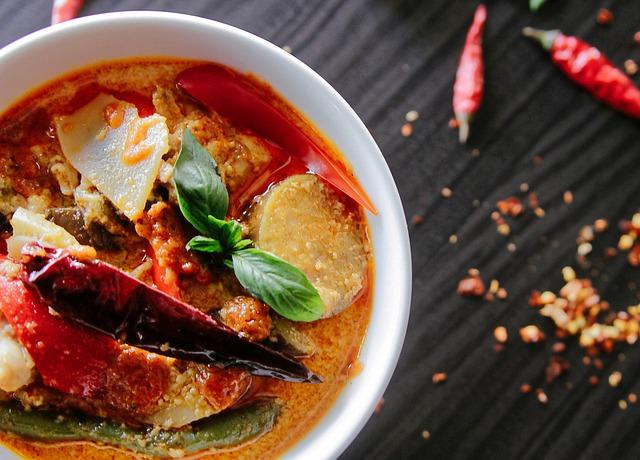 辛辣食物:  辣椒所含的辣椒素會刺激鼻道,害你狂流鼻水  不過如果鼻塞的話,辣能疏通鼻涕,暫時不那麼塞