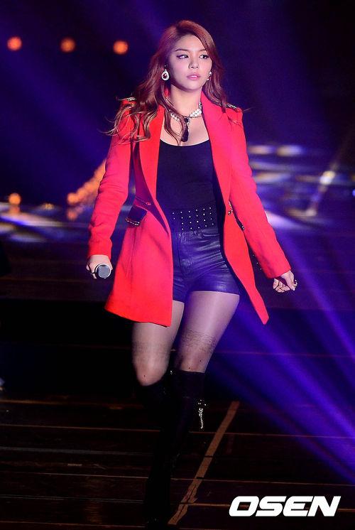 這位歌手就是以「鐵肺」般的實力而聞名的歌后Ailee,在她出道時不僅因為驚人的歌唱實力而受到注目。過去因為在美國生活,剛回到韓國時也是大家刻板印象中「外國人」的豐臾體型