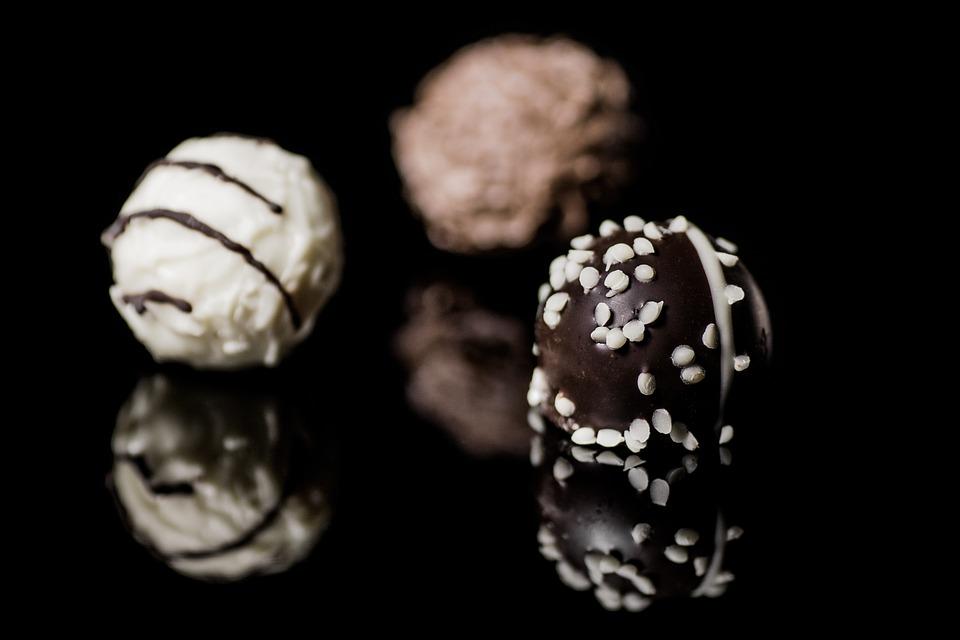 ►巧克力 巧克力、糖果等其他甜食,都是容易引發痘痘和粉刺的食物,因為糖分過高,所以很容易帶給肌膚負擔。