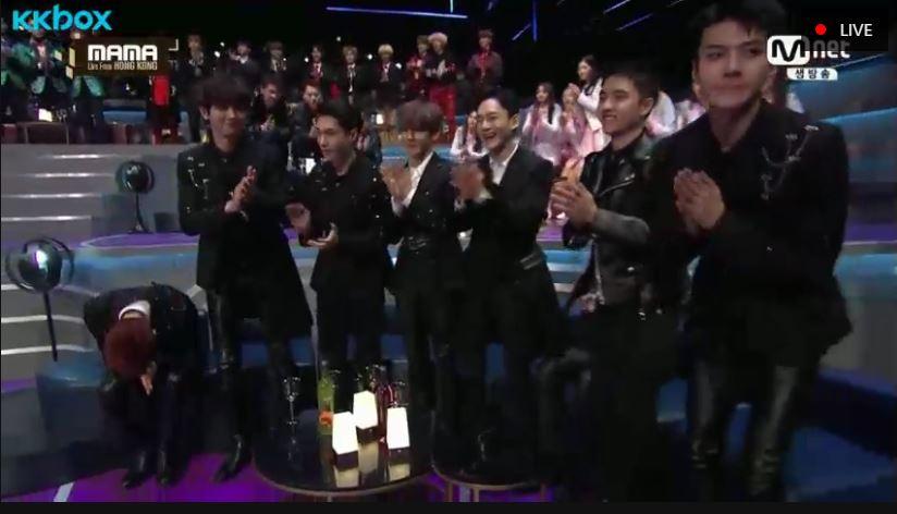 今年不僅再度創下百萬專輯銷量,更推出首支子團CBX的EXO,在今年不負粉絲期待,不僅在MAMA的事前投票中成為多部門的第一,更拿下了今晚的男團大獎。而隊長SUHO不忘在台上大喊「We are one」,想必那一刻讓不少的EXO-L團魂爆發吧!