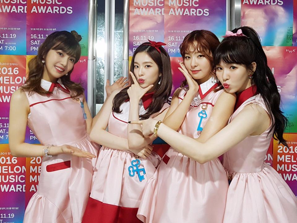 在10月一片大咖回歸中不僅音源穩穩的挺住,而且去年Red Velvet的熱門曲《Dumb Dumb》、《ice cream cake》在今年依舊熱賣,再加上年底的新歌,雖然Red Velvet的實體專輯銷量和師姐f(x)、少女時代還有些差距,但在音源上的表現也總算讓網友大呼「找回SM家女團的威嚴」