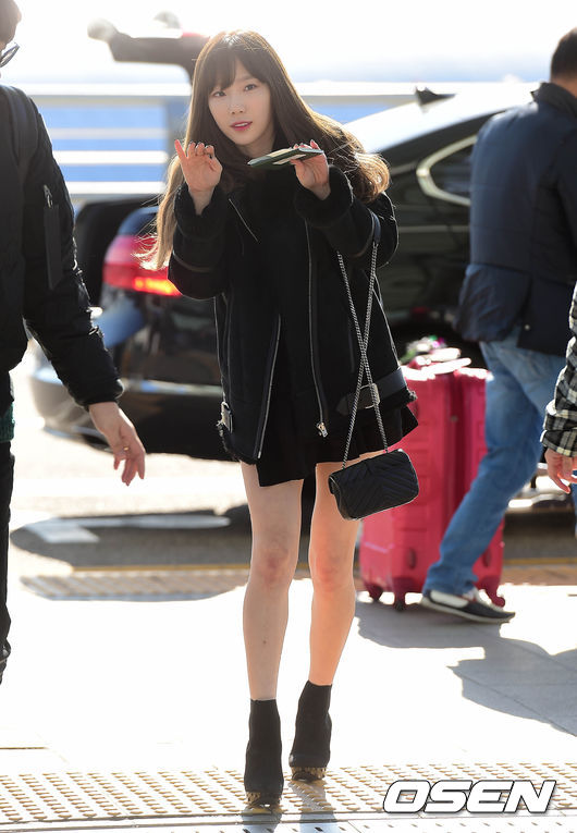 首先是我們最童顏的太妍,以全黑造型出現在機場,因為個子嬌小所以聰明的運用跟鞋和短裙造型搭配,拉長腿部線條,整體比例立刻變超好!