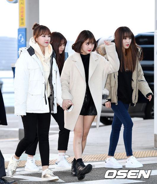 Yerin、Yuju選擇了羽絨外套走休閒路線;Eunha則是穿上淺色大衣加上黑色軍靴,可愛女孩味中又帶點帥氣感!