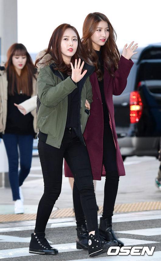 SinB的綠色飛行外套就不用多介紹了吧,可是近年冬季的必備單品;Sowon的酒紅色大衣非常搶眼,全黑穿搭更能顯出這顏色大衣的成熟性感美。