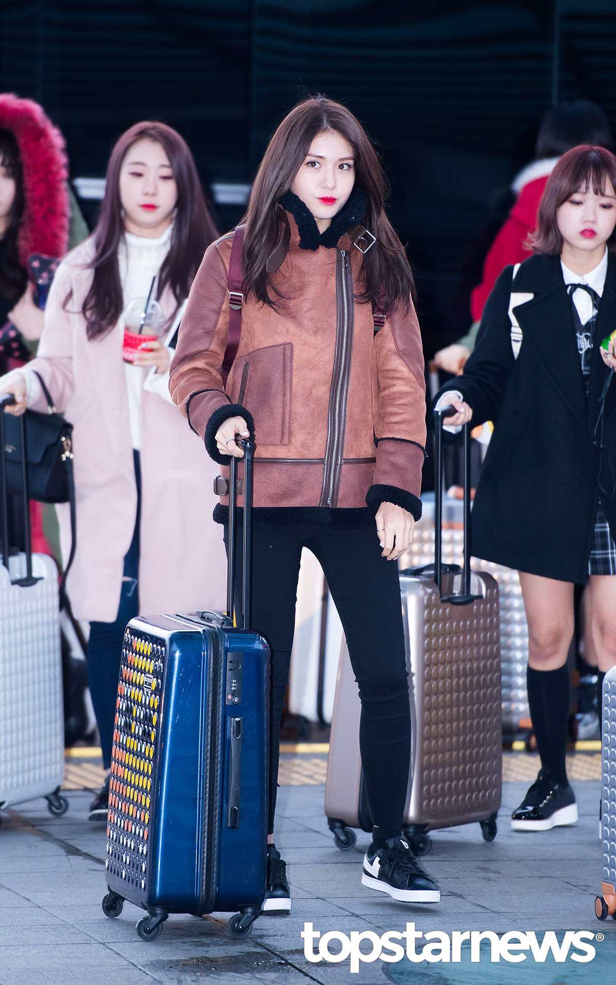 Somi的拼貼皮外套摩登少女自己很想入手一件啊~簡單俐落的打扮是年輕女孩可以參考的!