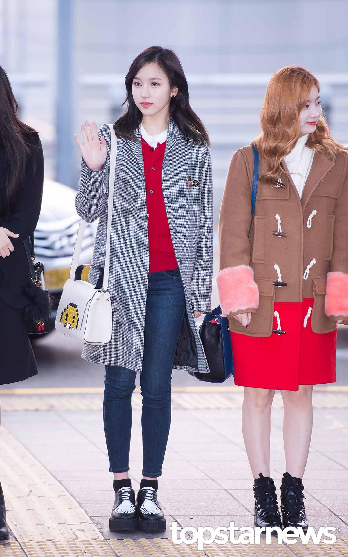 Mina這次選擇個性中帶點俏皮感的打扮,灰色千鳥文大衣原本是很沉穩的單品,但加上鮮紅色上衣與厚底鞋,立刻多了不一樣的感覺呢。