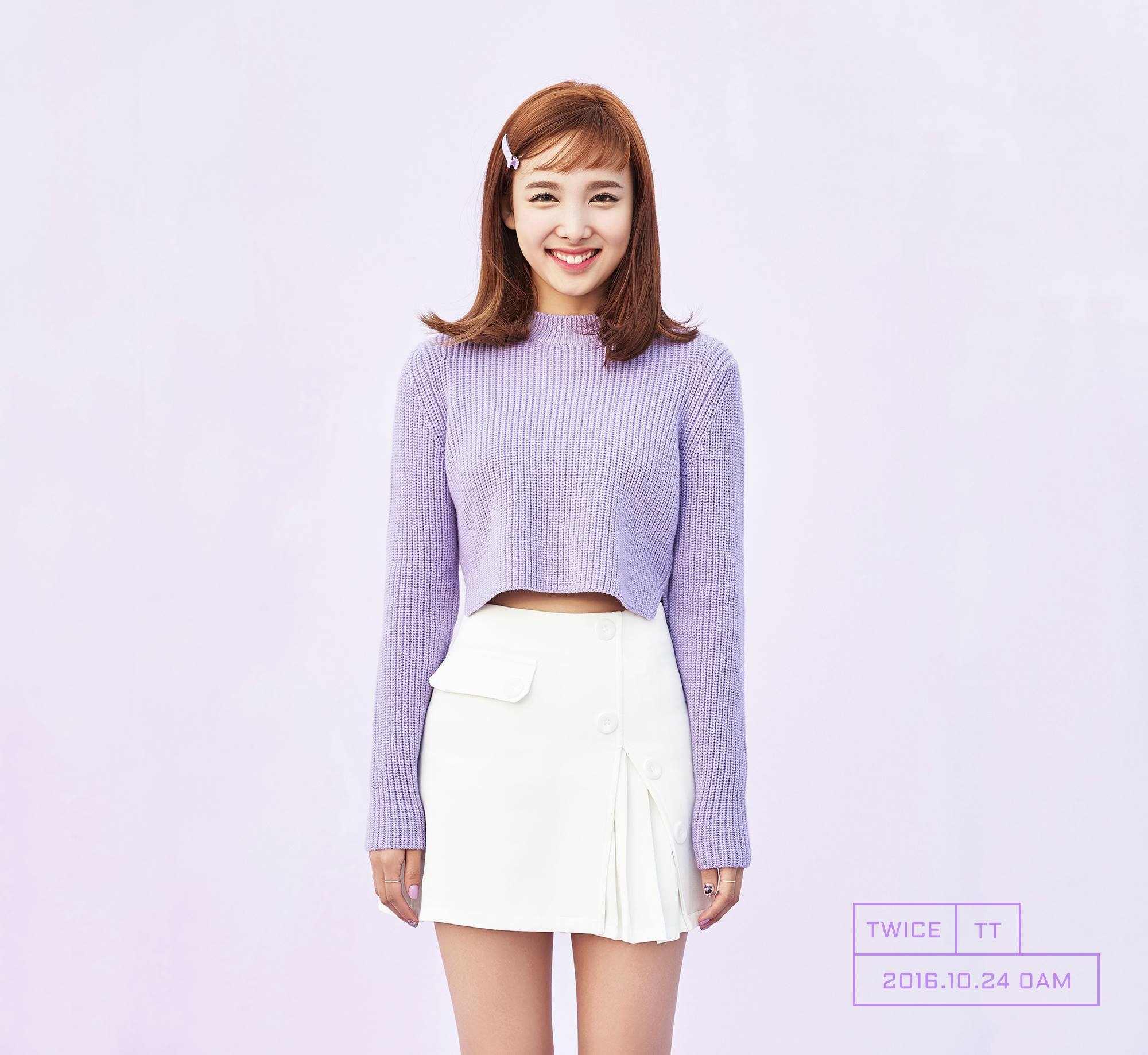 甚至還曾在韓國網友舉辦的門面投票中贏過潤娥,因此在娜璉出道之初就被說和大前輩柳真外貌相似,就知道粉絲們對娜璉顏值的肯定啦!