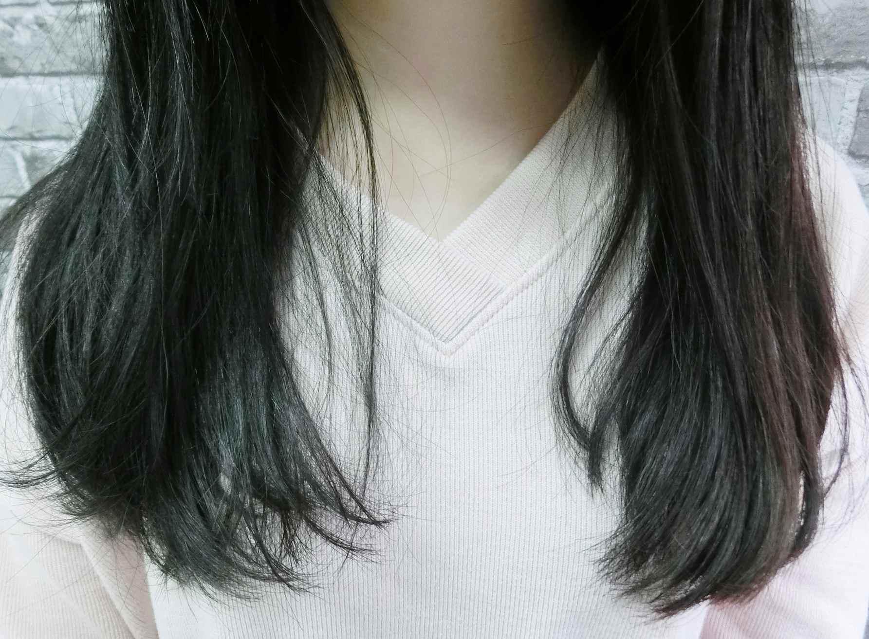 對比圖來看一下,頭髮真的瞬間滑順很多,而且是有光澤度不是油感的喔!
