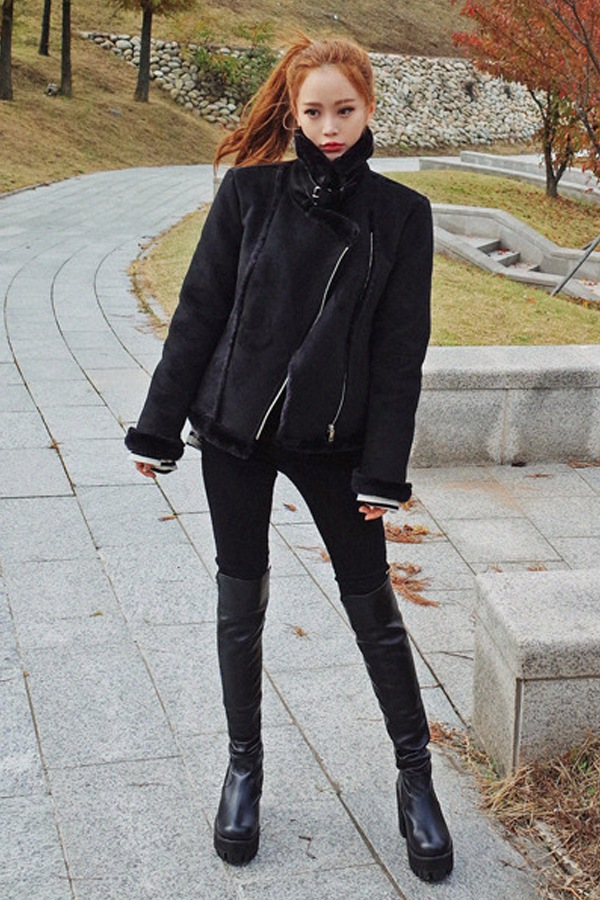 ◈  黑色長靴+黑褲子 長靴絕對是冬天的最佳選擇,保暖性很強。尤其是黑色過膝長靴,本身就自帶顯瘦顯腿長特質,再加上黑色褲子做搭配,堪稱完美。