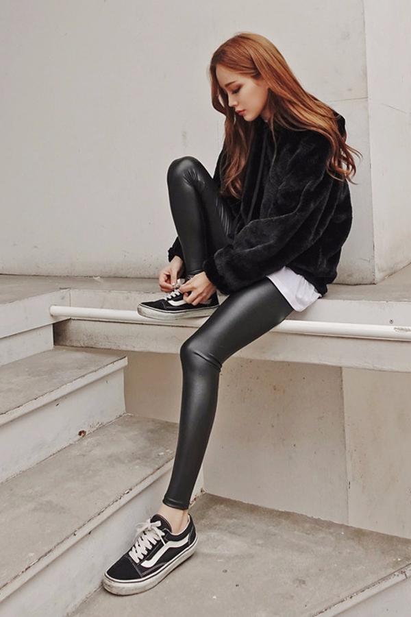 也可以穿九分褲,直接露出腳踝, 長腿的視覺效果更明顯,還能增加輕盈感。