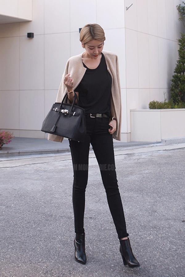 如果想要選擇黑色九分褲的話,千萬記得要選擇高跟短靴喲。因為露出的一點點肉肉,會斷開黑色的延伸,高跟才能更好地讓兩者做互補!