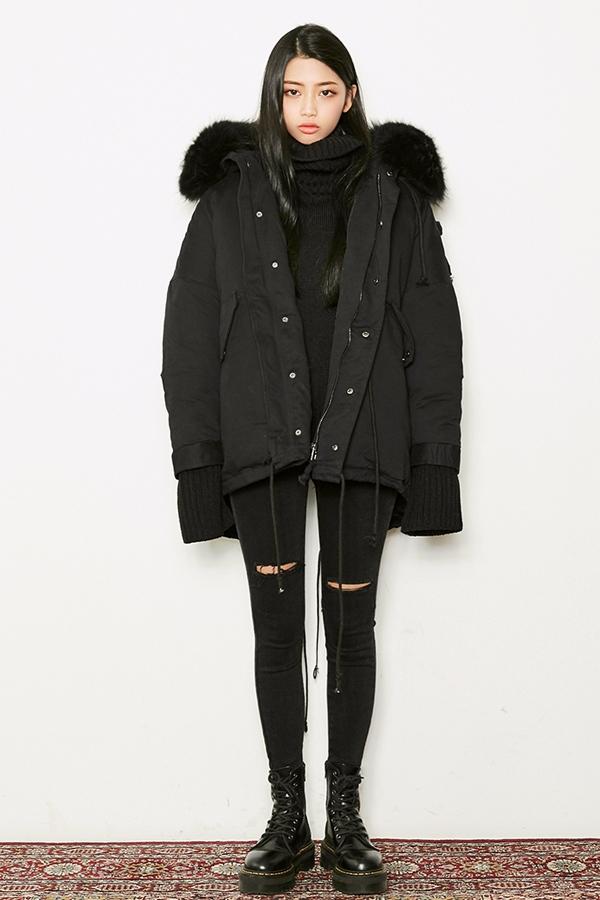 ◈  黑色短靴+黑褲子 黑色短靴除了可以護住腳腕保暖,和黑色褲子也有很好的連接,從腰部開始都是黑色的延伸,實現腿部拉長的視覺效果,還能讓整個人變得有點龐克的感覺~