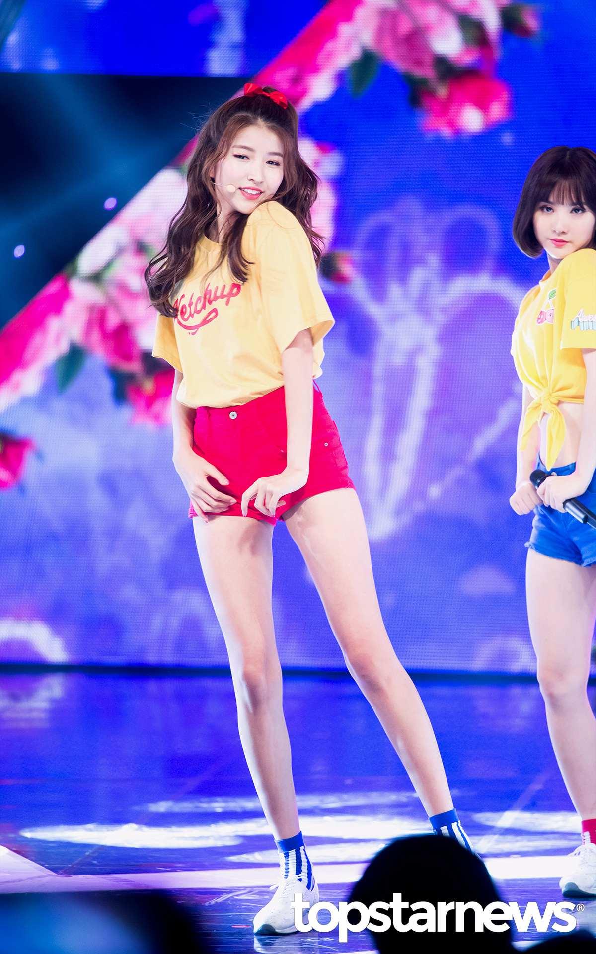 官方身高170cm的Sowon,身材比例真的超好, 尤其是穿超短褲的時候,感覺光腿長都至少有150cm了!
