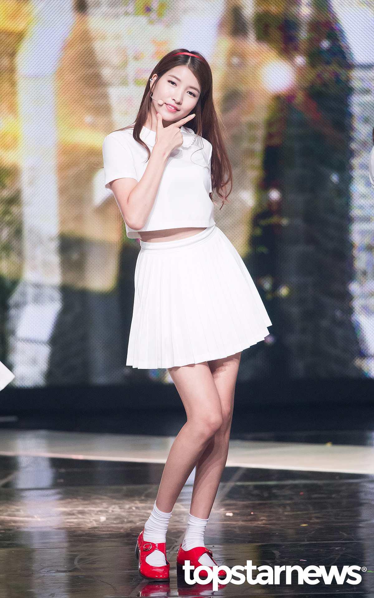 Sowon不僅腿細長,腰也超細。