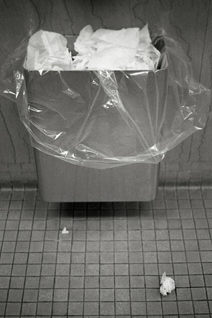 台灣因為環境高溫多濕,用過的衛生紙棄置垃圾桶,其實會造成環境汙染,還可能傳染病菌