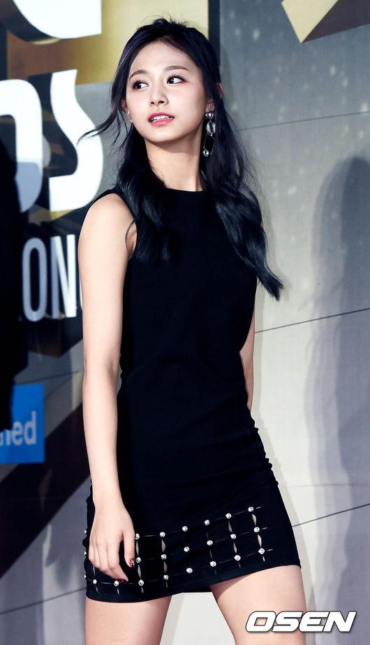 而且這次在《MAMA》上的公主頭會這麼受好評,除了因為顏值加持之外,不少網友都說子瑜這樣帶點成熟的氣質,乍看之下和韓國女神金泰熙似乎還有些相近!
