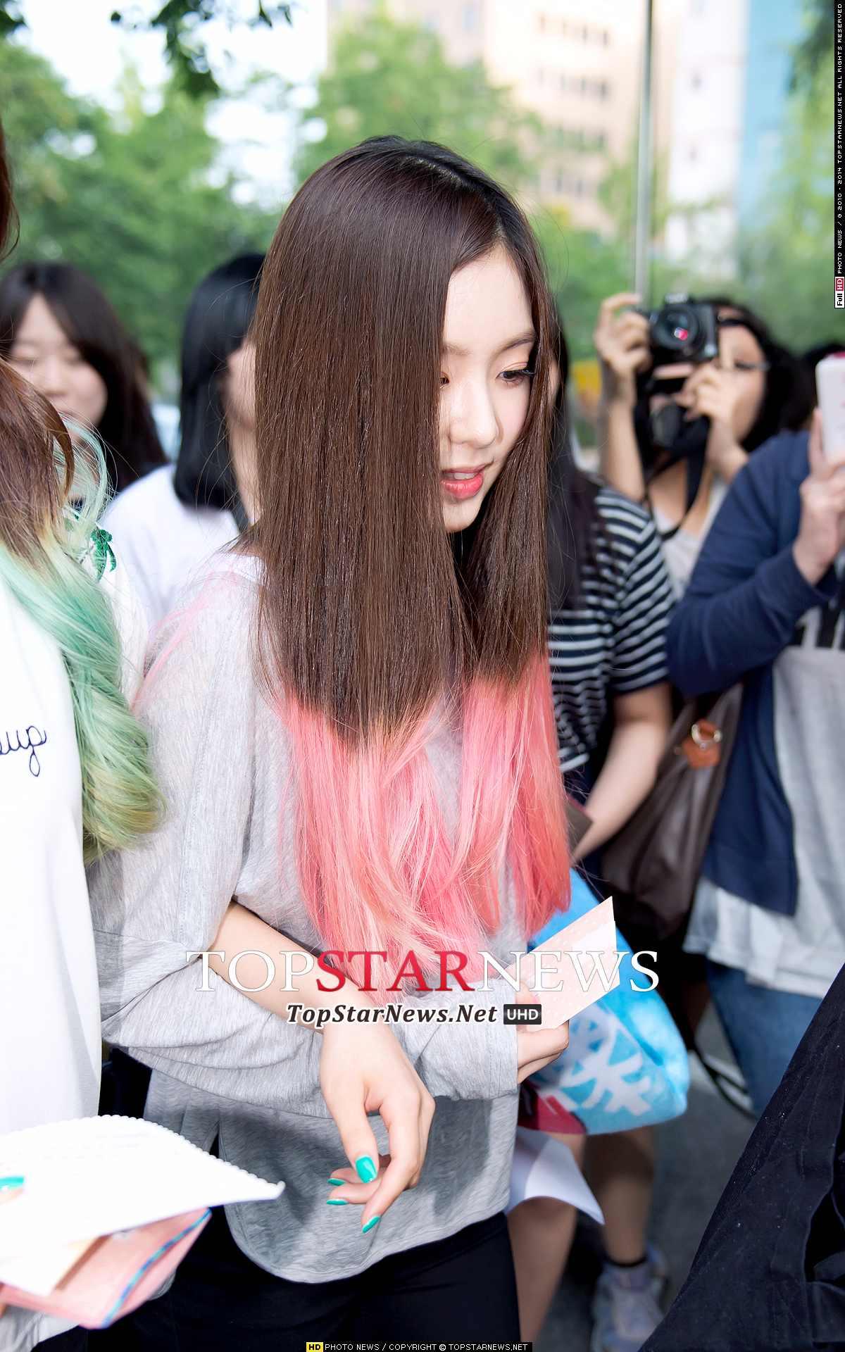 有粉絲發現Irene走路時都會低頭看地版,不太常抬頭走路~