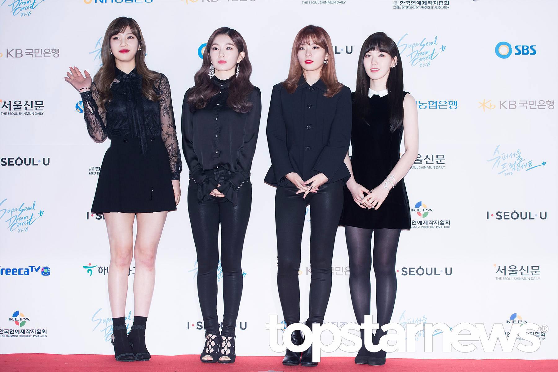 上月27日Red Velvet參加在首爾舉行的 <夢想演唱會>時成員都集體換上了適合冬天的暗色系髮色。 All Blacks造型也讓粉絲禁不住感歎「這次終於穿對了!」