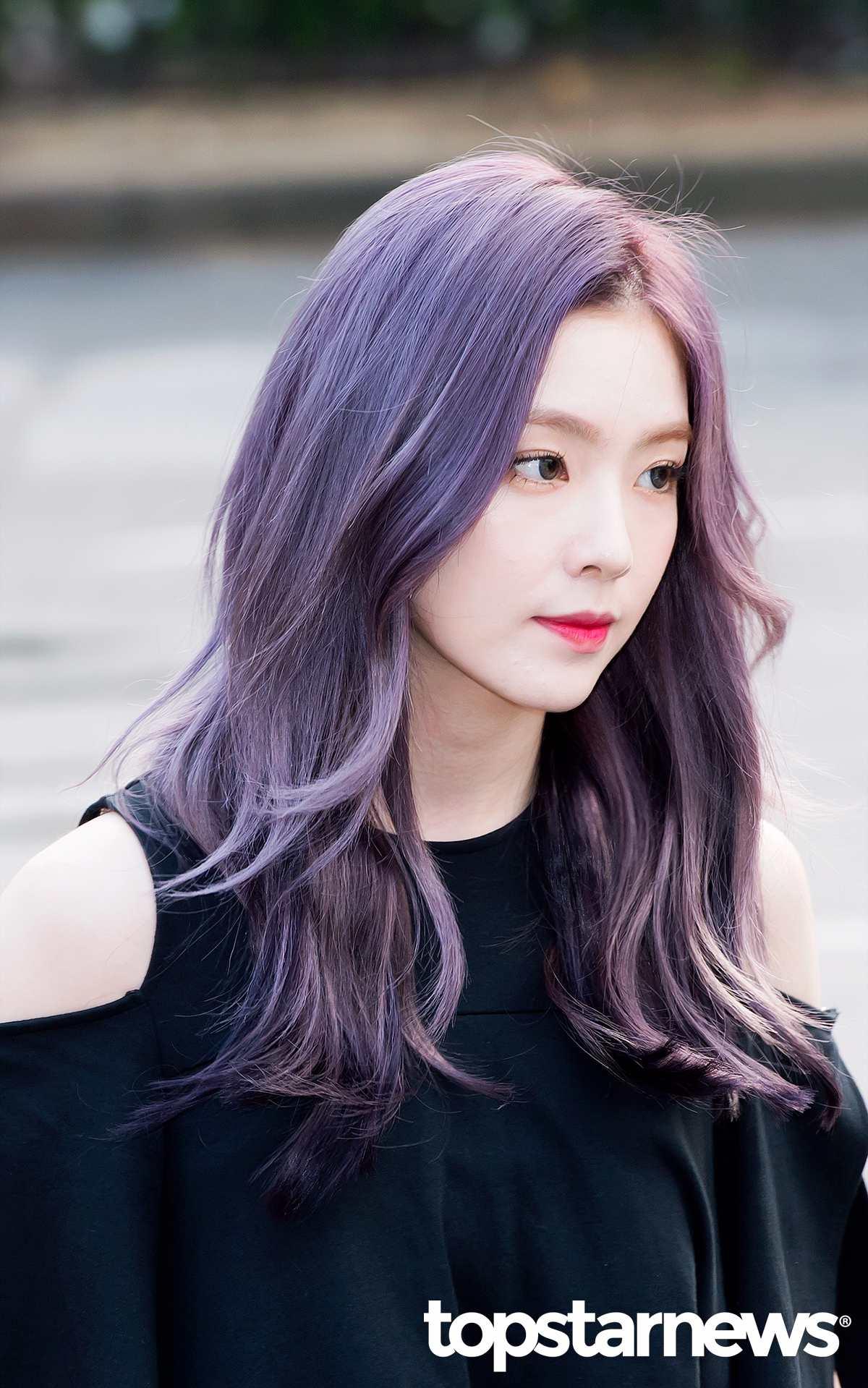 而繼Irene的紫髮后,最近又有一位成員換了新髮色。 而這位成員的新髮色,甚至被粉絲覺得比Irene的紫髮更夢幻。