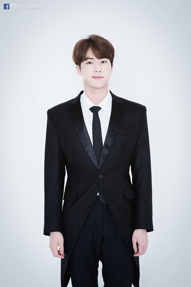 BTS-Jin 因為長得帥而聞名,但是比起忙內LINE知名度還不高,只有粉絲知道他是門面、肩膀美男,真人真的十分驚豔!!! 平常提到防彈少年團時,大眾大部分都不會想到大哥Jin,希望《叢林的法則》撥出後,大哥知名度能提升啊~