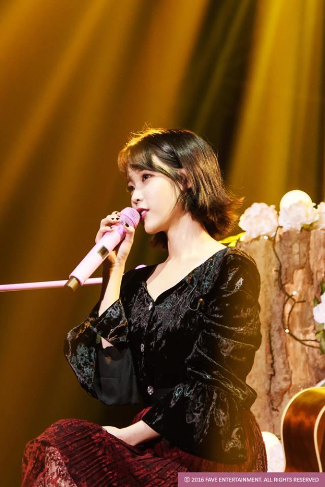 今年IU舉辦的個人演唱會〈24 STEPS : ONE TWO THREE FOUR〉周邊商品更讓粉絲辛酸到不行啊~~