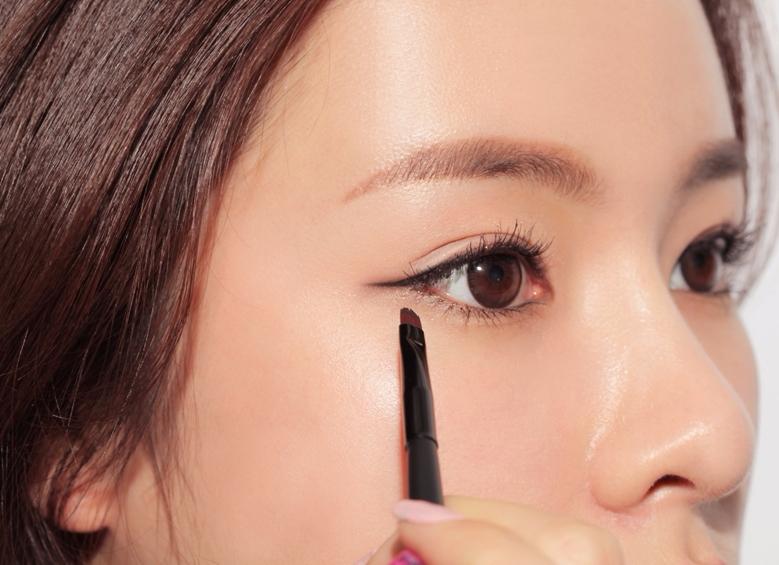 #下手姿勢 下手姿勢絕對是畫好眼線最重要的原因之一啊!想要拉出平順的線條,筆頭應該用稍微橫一點的方式去畫,相反,填補睫毛空隙的時候,則可以用垂直、點的方式去填補。