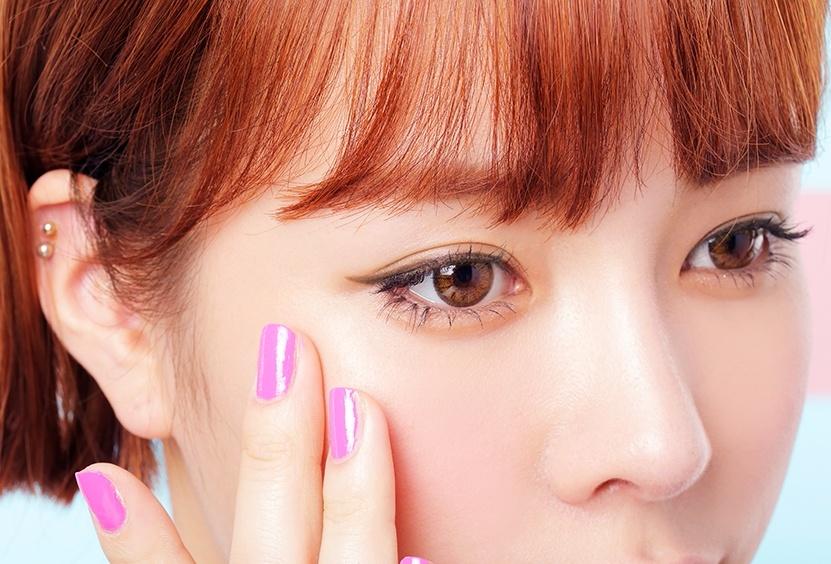 #沒打底 雖然現在眼線產品選擇很多,其中又以眼線膠、眼線液比較不怕暈染,但如果想要超級抗暈染的眼線,還是要先做好打底才行。 上妝前先用眼部打底產品幫助控油,完妝後用蜜粉輕拍定妝,絕對能加強眼線持妝度!