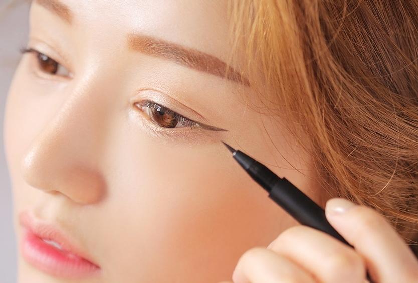 #用錯產品 一般來說,眼線筆分為三大類:眼線筆(初學者容易上手)、眼線液(可畫出非常細緻、銳利的線條,初學者容易失手)、眼線(最持久、不易暈,線條不僵硬) 依上手度來說,眼線筆>眼線膠>眼線液,可依照自己需求做選擇
