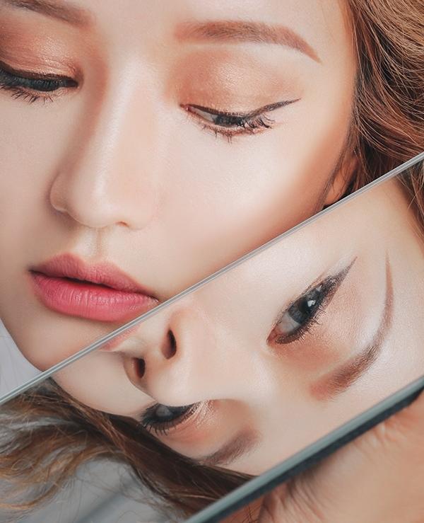 #調整鏡子角度 在畫內眼線的時候,因為要翻開眼皮確保睫毛空隙被填滿,所以可以將鏡子由下往上照,會比較方便。 另外畫眼尾的時候,鏡子則放在平視的角度,比較方便確認拉出去的線條。