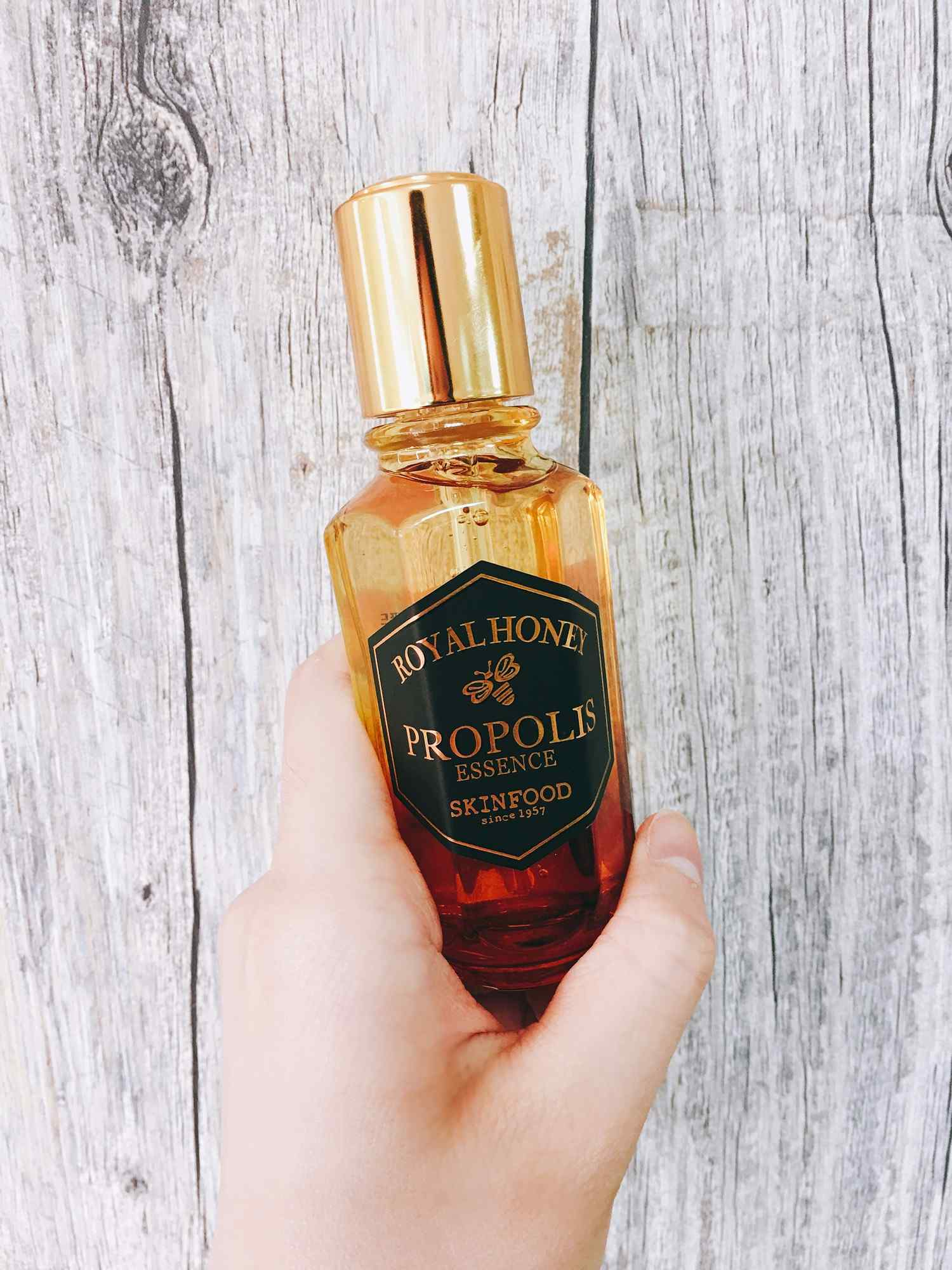 首先是「蜂潤女王修護精華」,50%高濃度親膚性極佳的黑蜂膠,同時融合20%蜂王漿和10%皇家黑蜂蜜萃取,集結抗氧、保濕、修護功效,豐沛水量可以持續24小時的保濕,讓肌膚有滿滿潤澤感。