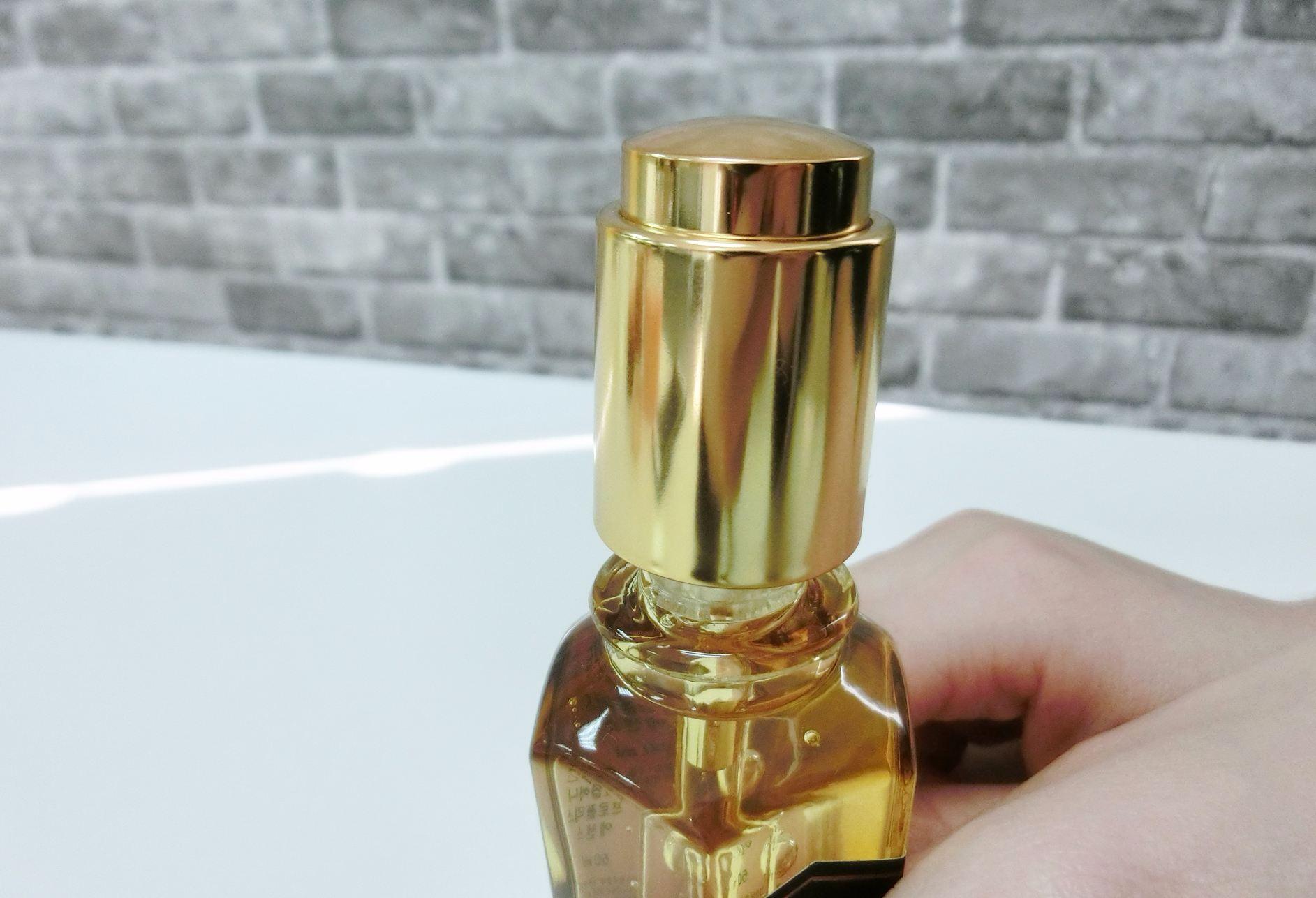按壓式的滴管設計非常方便貼心,而且歐膩很喜歡它的包裝設計,很有質感唷!