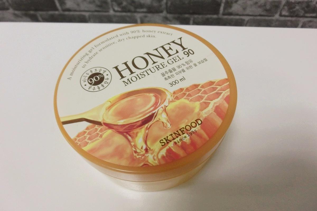 就是這罐SKINFOOD的蜂蜜90%全效保濕凝膠,主打含90%以上的黑蜂蜜與蜂王乳萃取精華,卓越的保濕功效,可以滋養乾燥、暗沉、缺乏營養的肌膚。
