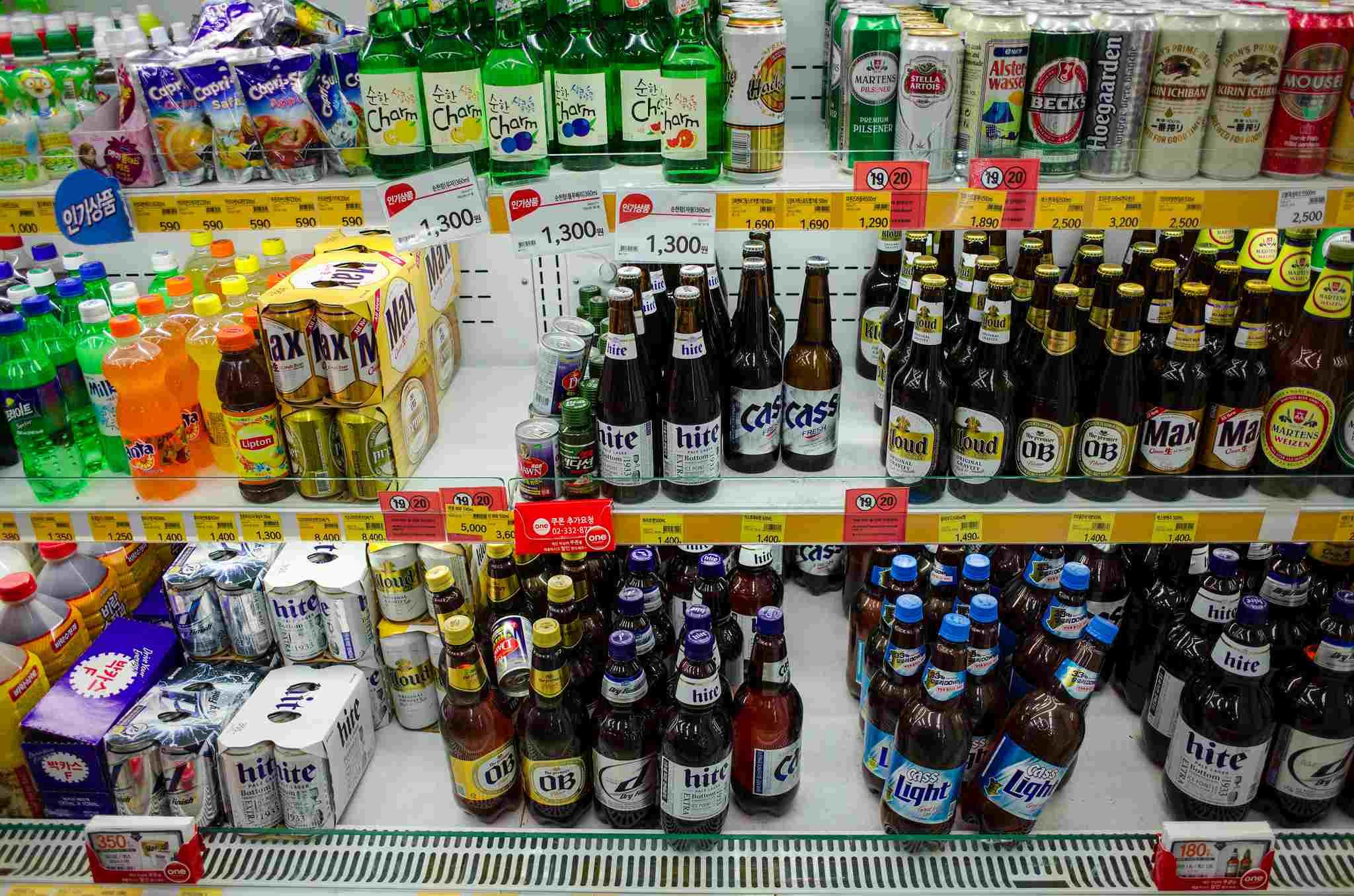 #1 喝酒習慣大不同  因為韓國人覺得抽菸跟喝酒是不好的習慣,尤其是跟長輩坐在一起的時候更是要注意,以下列出幾項喝酒時切記一定要遵守的規則!  1. 不可以只幫自己倒酒 2. 別人幫你倒酒時必須雙手拿著杯子 3. 杯裡的酒必須喝完再讓別人幫你倒 4. 喝酒時不能正對著長輩,必須側身喝酒 5. 幫別人倒酒時至少倒8分滿,不然會被認為交情不夠 6. 倒酒時要按長輩順序倒