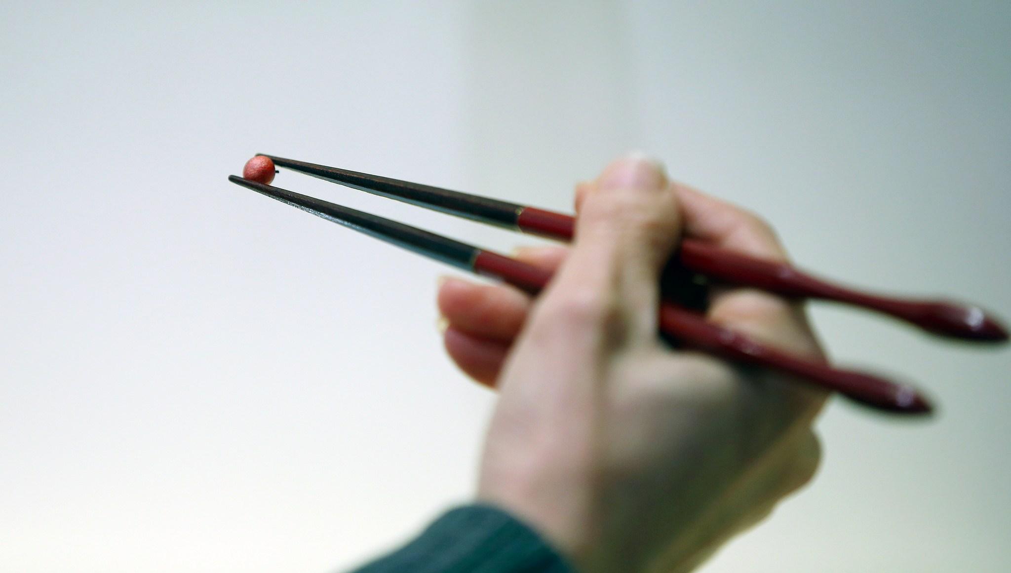#4 韓國的筷子是扁的  1. 以前韓國人認為吃東西太方便的話人很容易隨便,筷子做的扁扁的拿東西不方便,就可以降低吃飯的速度,吃東西變慢,看起來比較有教養。  2. 另外一說是跟用餐習慣有關係,韓國是一個非常注重禮儀的國家,除了長輩要先動筷之外,也不能比長輩吃的還要快,因為這樣有種「我吃飽了我在等你吃完」的感覺,對長輩來說是非常不禮貌的行為,但也不代表吃飽還要假裝一直吃,而是不能把筷子放在