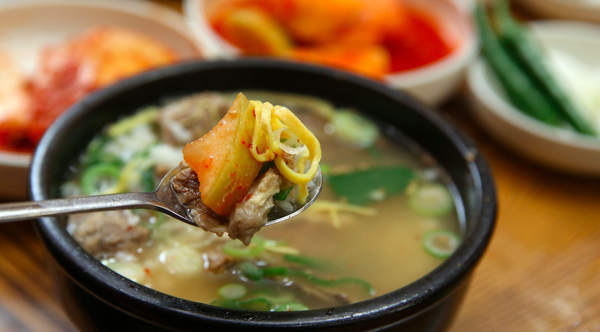 #5 不能把飯碗端起來吃飯/喝湯  這個文化其實跟台灣完全不一樣,台灣的長輩們都說要把飯碗端起來吃,才不會菜汁滴滿桌。對於龜毛一點的長輩而言,甚至會覺得不把碗端起來好像狗在吃飯;而韓國人卻把碗端起來吃視為不禮貌的行為,好一個文化衝擊!  小編去過兩次韓國,因為都是一群人自由行,又是到觀光地區,所以不太會發生以上情況,若是自己獨自一人或是決定到韓國待一陣子,以上的規範絕對不可不知!