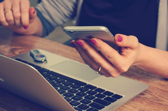 再到郵局櫃檯或網站申請ATM無卡提款服務,綁定手機及密碼,即可使用
