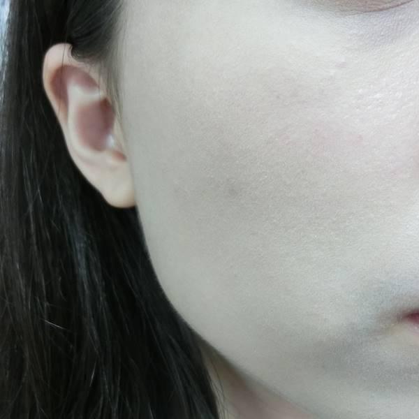 但塗抹粉底液效果還OK,沒有不均勻或積線的問題。