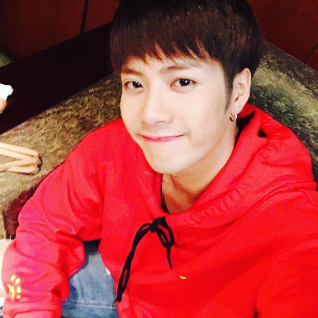 GOT7成員裡的Jackson是韓國演藝圈新一代的人脈王 活潑開朗的個性讓Jackson在演藝圈結交許多朋友