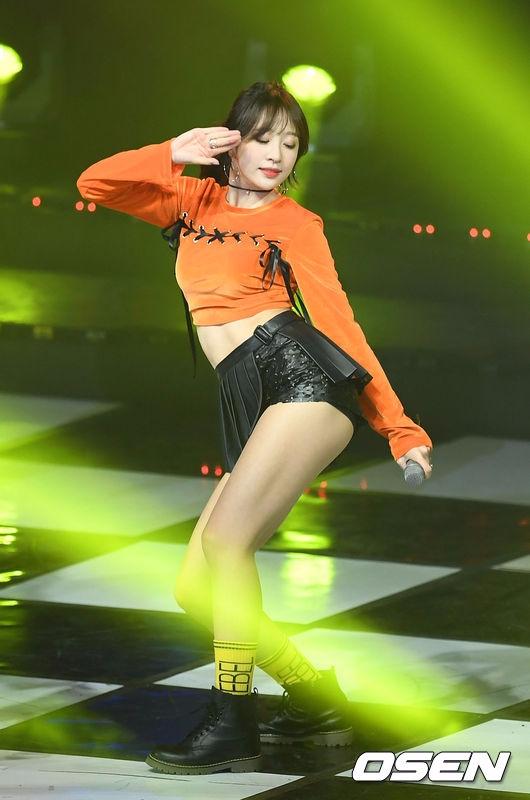 在11月底哈妮也以綁馬尾的造型出席拼盤演唱會 瀏海+馬尾~性感至極啊!!!