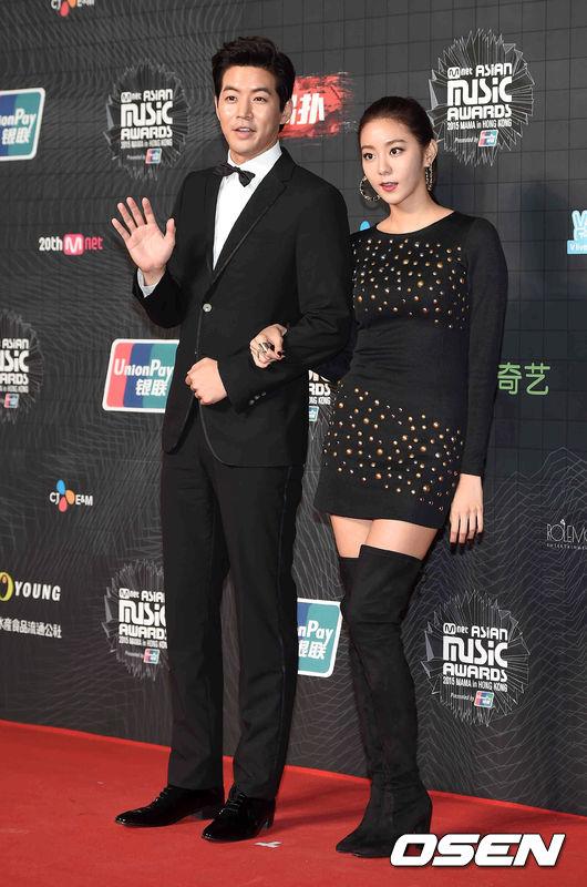李尚允❤UIE After Schoo成員UIE和年長她6歲的演員李相侖,曾在香港舉行的《MAMA音樂頒獎典禮》一起亮相紅毯,因此相識。而幾個月後兩人在聚會中再度碰頭,才慢慢發展為戀人。