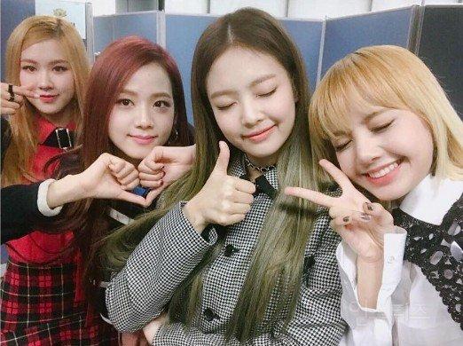 BLACKPINK (블랙핑크)-YG娛樂 BLACKPINK帶有稍微否定粉紅色是最美的顏色的涵義,具有『漂亮並不代表全部』的反轉意義,也表示成員們不僅具備外貌、同時也兼具實力。