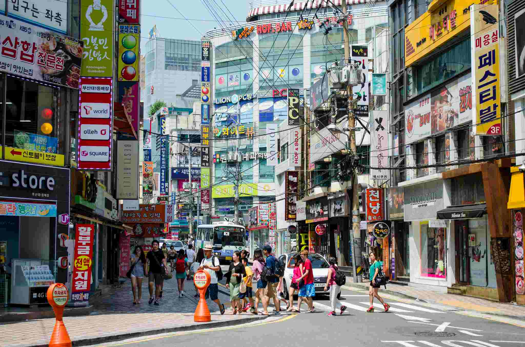 07 西面商圈  除了南浦洞,另外一個逛街的好地方就是西面啦!這可是釜山版的弘大,超多釜山年輕人愛在假日時來這逛街~ 西面不只在路面上有各大品牌林立、還有許多美食也隱身在西面商圈裡,而西面地下街裡,就是美妝愛好者們的天堂,舉凡你想得到的韓國美妝品牌,在這裡都找得到!這裡也是釜山年輕人的聚集地!  如果想去樂天超市了話,也可以再從地鐵西面站往前搭一站到釜岩站,釜岩站的超市大人又少,超好逛!