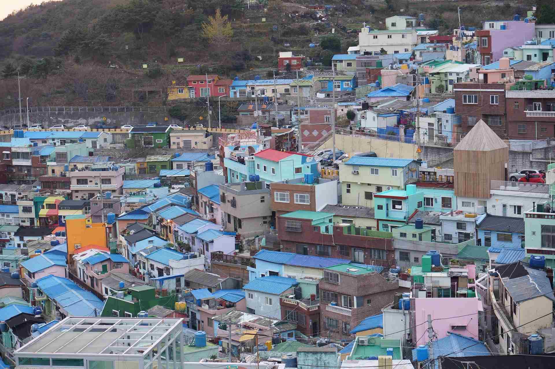 08 甘村文化村  說到貧民窟,大家會有什麼印象呢? 一反大家對貧民窟的印象,在韓文裡,貧民窟有一個很美麗的名字:月之村(달동네),是否光看名字讓人很難跟貧民窟有所聯想呢?被稱為韓國版聖托里尼的甘村文化村,原本是個遭人遺忘的月之村,不過在當地藝術家與居民們的努力下,原本陰暗沈重的街道,在點綴繽紛的顏色之後,搖身一變成釜山新興觀光景點。  交通:地鐵1號線土城站6號出口右轉3分鐘,搭乘2號小巴往甘村